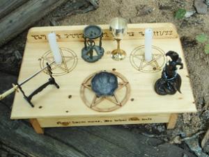 Wie ein Altar für Rituale zur Vorbereitung