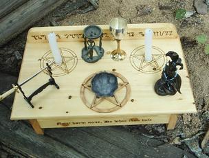 wie ein altar f r rituale zur vorbereitung zauber und magie. Black Bedroom Furniture Sets. Home Design Ideas