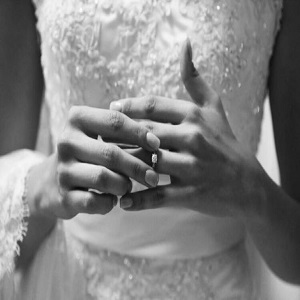 """Festmachen, um eine Ehe zu zerstören """"width ="""" 300 """"height ="""" 300 """"/> Um mit diesem Festmachen zu beginnen, um eine Ehe zu zerstören, nehmen Sie die zwei schwarzen Kerzen und setzen sie in Form eines Kreuzes und du wirst sie mit cabuya verbinden und du wirst zehn Knoten machen, wenn du die zehn Knoten gemacht hast, wirst du das Foto des Ehemannes oder der Frau (die du trennen willst) binden, wenn du für einen Mann festgemacht hast Sie werden das Foto der Frau machen, und wenn Sie das Festmachen für eine Frau machen, müssen Sie das Foto des aktuellen Ehemannes setzen und sie mit drei weiteren Knoten binden. </p> <p style="""