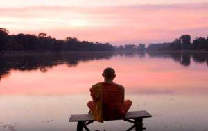 """Arten der buddhistischen Meditation """"width ="""" 300 """"height ="""" 189 """"/> </p> <p> Zazen ist die Zen-buddhistische Praxis der Sitzmeditation.Einige Zen-Buddhisten vertreten die Meinung, dass Zazen keine Meditation ist, jedoch glauben andere Zen-Praktizierende, dass Zazen die meditative Übung im Zen-Zen ist. </p> <p> Zazen es beinhaltet drei miteinander verflochtene Elemente, die für den Zen-Buddhisten eine Sache sind: seine Haltung im Sitzen, seine Atmung und der Geisteszustand, der aus dem Akt des Sitzens und Atmens entsteht. </p> <p> <strong> Wie man Zazen macht: </strong> </p> <ul> <li> Setze dich auf ein kleines Kissen oder eine gefaltete Decke, so dass dein Rücken leicht auf dem Boden liegt, setze dich mit dem Rücken auf das vordere Drittel des Kissens. </li> <li> Nimm Zazens Haltung an, abhängig von deiner Flexibilität kannst du jede machen Eines der folgenden Dinge: </li> <li> Sitze in der burmesischen Position mit gekreuzten Beinen, so dass die Rückseite beider Füße auf dem Boden liegt und beide Knie den Boden berühren. </li> <li> Setze dich in die Position der halbe Lotus mit dem linken Fuß ruht auf dem rechten Oberschenkel. Lege das rechte Bein unter dein linkes Bein. </li> <li> Setze dich in die volle Lotusposition, wobei beide Füße auf dem gegenüberliegenden Oberschenkel ruhen. </li> <li> Halte deine Hände mit den Handflächen über deinen Füßen der Himmel, so dass die Rückseite der Finger einer Hand auf der Vorderseite der anderen Hände ruht, während sich die Fingerspitzen berühren. </li> <li> Schieben Sie Ihren Kopf in Richtung Himmel. Lösen Sie die Spannung in den Schultern und öffnen Sie die Schulterblätter. </li> <li> Schließen Sie Ihren Mund mit den Zähnen zusammen und Ihre Zunge berührt den Gaumen </li> <li> Atmen Sie durch die Nase, konzentrieren Sie sich voll auf den Rhythmus Ihrer Atmung. Wenn dies hilft, zählen Sie jede Inhalation. Beginne um 10 und gehe zu 1 weiter, dann fange wieder an (Inhalation 10, Inhalation 9, etc.) </li> <li> Bleib in Haltung"""