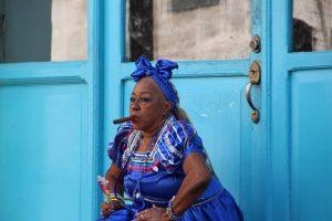 """Tabaklese """"width ="""" 488 """"height ="""" 325 """"/ > </p> <p> Fernández und Nicolás de Camors verfolgen in einem weiteren Stück für lahabana.com die spirituelle Verwendung von Tabak in Kuba für die Taino-Indianer. De Camors zitiert den Schriftsteller Felipe Pichardo Moya: """"Sie verwendeten Tabak in ihren Ritualen medizinisch und religiös, saugen die Asche durch die Nase mit Rohren in Form von Buchstaben 'Y' oder Rauchen von gerollten Blättern. """"</p> <p> Taíno Männer, die den Ritus von Cohoba praktizierten, konnten mit Vayabrama, dem Gott, kommunizieren der Yucca, oder Hurricane, der Gott der Stürme, und sie hielten sich dabei sicher, weil sie den Rauch von der Verbrennung von Tabakblättern eingeatmet hatten. </p> <p> In der Yoruba-Religion von Westafrika der Rauch von Tabak ist ein besonderes Angebot für die Geister, die a In der Entwicklung der afro-kubanischen Religion füllten die Gläubigen ihren Mund voll mit Tabakrauch als Akt der Reinigung oder um sich vor dem Bösen zu schützen. </p> <p> Tabak ist eines der beliebtesten Opfergaben von Santería Orisha nannte Eleguá (auch Elegguá buchstabiert), und alle rauchten während der Anbetungszeremonie eine Zigarre. Elegua ist einer der Krieger (zusammen mit Ogun, Ochosi und Osun) und repräsentiert das Öffnen und Schließen von Straßen im Leben. Er wird immer zuerst in jeder Zeremonie erwähnt, denn ohne seine Erlaubnis bleiben die Türen der Kommunikation mit den anderen Orishas geschlossen. </p> <p> Unter den Geschichten anderer indigener Völker Amerikas, von den Lakota Sioux der Ebenen der Norden in den USA UU Bis zu den Maya von Mexiko und den Amazonas-Schamanen Südamerikas kann Tabak als spiritueller Verstärker, Reiniger und / oder Heiler gefunden werden. </p> </p> <h3> <span id="""