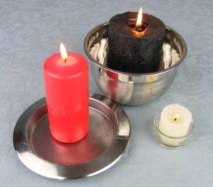 """Hexerei zum Verlieben """"width ="""" 300 """"height ="""" 263 """"/>   <h2> Hexerei, um sich in Kerzen zu verlieben </h2> <p> Dieser einfache Zauber hilft dir, diesen Mann für immer zu binden. Zauber, der auf <strong> Karibikzauber </strong> basiert und folgende Elemente benötigt: </p> <ul> <li> Drei Kerzen in verschiedenen Farben (eine weiß, eine schwarz und eine rot). </li> <li> Ein Pendel oder eine Kette mit einem Anhänger, der diese Arbeit verrichten kann. </li> <li> Ein Foto des Mannes, in den Sie sich verlieben wollen. </li> <li> Ein Tonteller. </li> </ul> <p> Vervollständige den Spruch gut, folge den Schritten in der richtigen Reihenfolge: </p> <ol> <li> Lege das Foto an einen freien Platz, wo du es jederzeit im Blick haben kannst. </li> <li> Platziere die Kerze Weiß auf dem Teller und schalte ihn ein. Diese Geste steht für deine gute Absicht und gibt dir den nötigen inneren Frieden, um weiterzumachen mit dem Ritual. </li> <li> Setze als nächstes die schwarze Kerze neben die weiße und schalte sie ein, während du darüber nachdenkst, was dich beunruhigt (diesen Mann zu verlieren, den Einfluss einer anderen Frau …). </li> <li> Wenn du das Gleichgewicht positiver Energie mit negativ fühlst, kannst du die rote Kerze anzünden und um einen Wunsch nach den Gefühlen dieses Mannes bitten: Es kann so etwas wie """"beginne eine Beziehung"""" oder """"<strong> halte es an meiner Seite </strong>. """"</li> <li> Schwinge das Pendel neben das Foto. Wenn das Ritual gut gemacht ist, bewegt es sich im Uhrzeigersinn im Kreis und bestätigt, dass sich deine Energie effektiv auf die Hexerei konzentriert, um sich zu verlieben. </li> </ol> <h3> Einfacher und effektiver Zauber </h3> <p> Dieser Liebeszauber ist effektiver, wenn du eine gute innere Energie hast, also ist es ratsam, dass du am Vortag gut ausruhst. Ein einfaches Ritual kann so kraftvoll wie ein komplexes sein, vorausgesetzt, deine Motivation ist <strong> Liebe </strong> gegenüber deinem Partner. </p> <p><img class="""