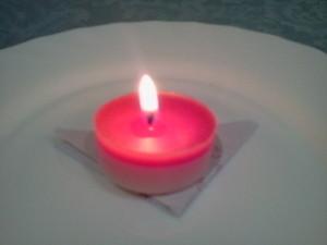 """Liebeszauber """"width ="""" 300 """"height ="""" 225 """"/> Wir falten das Papier zweimal in Form eines Dreiecks mit der Vorderseite der Namen. Auf das Papier legen wir eine rote Kerze und schalten sie ein, um den Zauber zu aktivieren, lassen Sie ihn brennen, bis der erste Tropfen Wachs auf das Papier fällt. </li> <li> In diesem Moment werden wir die <strong> rote Liebeskerze </strong> ausschalten und eine Weihrauchkerze anzünden, die die Treue erhöht, wir werden die Flamme stark wachsen lassen und das rote Wachs des Papiers wird sich verfestigen und dann werden wir das brennen Rolle in diesem Feuer, wenn wir den Zauberspruch wiederholen. </li> <li> Wenn das Papier vollständig verbrannt ist, nehmen wir die Asche, legen sie in eine Metallschüssel und werfen sie in einen nahe gelegenen Fluss. </li> </ol> <p> <img class="""