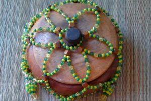 """Gebet zu Orula """"width ="""" 359 """"height ="""" 242 """"/> </p> <p> Orula besitzt und verkörpert Weisheit, aber er ist auch ein mächtiger Heiler, er arbeitet mit Kräutern und Wurzeln, um Menschen zu heilen, seine Farben sind gelb und grün und seine Eleke (Perlenkette) besteht aus abwechselnd gelbe und grüne Perlen. </p> <p> Männer und Frauen, die die Hand von Orula oder die Truhe von Orula erhalten haben, tragen ein einfaches Armband aus gelben und grünen Perlen am linken Handgelenk, um sie vor vorzeitigem Tod zu schützen. </p> <p> Orula kennt den Moment, in dem alle zum Sterben bestimmt sind, und diejenigen, die die Idé tragen ( Armband) von Orula am linken Handgelenk wird nicht versehentlich von Iku (Tod) getragen. Orula schützt vor Geisteskrankheit und Wahnsinn. </p> <p> In der katholischen Religion ist es auf den heiligen Franz von Assisi abgestimmt, dessen Fest am 4. Oktober gefeiert wird. Am 4. Oktober ist es wichtig, dass alle Patenkinder eines Babalawo ihn besuchen und ihm eine Art von Recht (Geld oder Geschenk) anbieten, um Orula zu ehren. </p> <p> Das traditionelle Geschenk sind zwei Kokosnüsse und zwei Kerzen. Zu Hause bleibt Osun oft als Wächter an Orulas Seite. Diejenigen, die die Truhe oder die Hand der Orula erhalten haben, müssen Orula formell einmal im Monat besuchen, normalerweise, wenn der Mond neu ist. </p> <p> Orulas Opfergaben sind normalerweise rotes Palmöl und Honig Wir brennen zwei Kerzen zu seinen Ehren, während wir Gebete und besondere Wünsche flüstern. </p> <p> In einigen Abstammungslinien ist der Wochentag von Orula Sonntag, aber in anderen Häusern ist jeder Tag der Woche Orula. </p> </p> <h3> <span id="""
