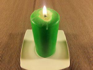 """Wie man einen Liebeszauber mit einer Kerze macht. """"Width ="""" 300 """"height ="""" 225 """"/> Candle weiß: harmonisieren, reinigen, die Umwelt reinigen und gute Energien anziehen. </li> <li> Rote Kerze: Diese Kerze erfüllt uns mit <strong> positiven Schwingungen für die Liebe </strong> Rituale, bei denen Leidenschaft die Flamme der Liebe steigern oder <strong> anfachen soll [1945900] 9]. </li> <li> Gelbe Kerze: stärkt das Selbstvertrauen und verbessert die Kommunikation. </li> <li> Orange Kerze: Diese Farbe gibt Ihnen die Energie, positive Energie anzuziehen. Die orange Farbe ist die Mischung aus Rot und Gelb, daher erzeugt sie auch die Schwingungen beider Farben. </li> <li> Rosa Kerze: Die Kerzen dieser Farbe bezeichnen Romantik, daher ist es richtig, sie zu verwenden, wenn wir geboren werden wollen eine <strong> neue Liebe oder verstärken </strong> ein Gefühl mit einer Person, die wir lieben. </li> <li> Lila Kerze: Diese Art von Kerze wird in Liebeszauber verwendet, um den Geist zu reinigen, wenn sie blockiert ist; ermöglicht es uns, den Fluss positiver Schwingungen zu fördern. </li> <li> Himmelskerze: Wenn Sie <strong> Ihre Vereinigung mit Ihrem Partner verstärken </strong> und bestimmte negative Situationen beruhigen möchten, ist die himmelblaue Kerze Ihr bester Verbündeter. </li> <p> ] </p> <li> Blaue Kerze: Sie wird verwendet, um Harmonie und Frieden in unser Leben zu bringen, die für die Festigung jeder Paarbeziehung notwendigen Säulen. </li> <li> Grüne Kerze: Diese Farbe soll unser Selbstvertrauen stärken und uns dazu bringen, uns selbst zu verbessern allein. Darüber hinaus ermöglicht es uns, uns zu verbinden und uns besser kennenzulernen. </li> <li> Braune Kerze: Sie wird für Rituale verwendet, bei denen wir versuchen, Dritte von unseren Liebesbeziehungen fernzuhalten. </li> </ul> <h2> <strong> SO WIRD'S GEMACHT EIN ZAUBER DER LIEBE MIT EINER KERZE </strong> </h2> <p> Einige Empfehlungen, bevor ich Ihnen <strong> zwei Liebeszauber mit einer Kerze zeige, die ich ausgew"""