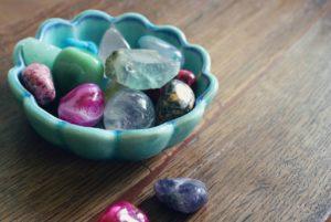 """Liegeplätze der Liebe mit magischen Steinen """"width ="""" 300 """"height ="""" 201 """"/ > </li> <li> <strong> Rosenquarz: </strong> der Inbegriff der Liebe Rosenquarz ist neben Jade einer der am besten geeigneten Steine, um <strong> Liebe zu nennen. </strong> ] Seine magischen Eigenschaften machen uns offener für andere, fördern aber auch die Liebe zu uns und fördern Frieden und Harmonie zwischen Paaren. </li> <li> <strong> Ruby: </strong> Ideal zum Anrufen Lieben, als Stein der Leidenschaft betrachtet, hilft uns der Rubin, in Harmonie zu sein und uns diesen positiven Gefühlen der Liebe zu öffnen. Agata : </strong> Der Stein soll <strong> die Flamme der Leidenschaft brennen lassen, </strong> Unabhängige ob du einen partner hast oder nicht. Es ist ein sehr mächtiges Juwel, um Leidenschaft zu wecken und sie zu beleben. Zusammen mit diesen magischen Eigenschaften kann dieser Edelstein die Wirkung anderer Mineralien verstärken. </li> <li> <strong> Celestina: </strong> Ideal für <strong>um unseren Seelenverwandten zu uns anzuziehen. </strong> Dieser Stein hat sehr hohe Vibrationen, um die gewünschte Person zum Verlieben zu bringen. </li> <li> <strong> Mondstein: </strong> Ideal, um Liebe anzuziehen und <strong> Paarprobleme zu lösen. </strong> Zieht Menschen an, mit denen wir eine besondere Beziehung haben. </li> </ul> <h3> <strong> Zaubersteine zum Schutz und </strong> <b> </b> </h3> <ul> <li> ] <strong> Rote Koralle: </strong> <strong> Schutz für Beziehungen. </strong> Es dient uns sowohl zur Leidenschaft als auch zur Schaffung einer Verteidigungsbarriere gegen negative Energie. </li> <li> <strong> Aquamarin: </strong> verbunden mit Glück. Seine Schwingung gibt uns alle Arten von positiver Energie in Liebesbeziehungen. Smaragd: Stein der universellen Liebe. Dieser Edelstein hilft uns, unser Liebesleben auszugleichen und zu reinigen. </li> <li> <strong> Weißer Quarz: </strong> Geeignet für <strong> Beseitigung negativer Energien. </strong> Dieser Stein hilft uns, uns leichter zu fü"""