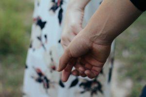 """Liebeszauber-zu-bleiben-vereint """"width ="""" 300 """"height ="""" 200 """"/>   <p> Ich erzählte meiner Freundin, was ich gesehen hatte, und empfahl ihr, einen Zauberspruch von <strong> durchzuführen Liebe es, vereint zu bleiben </strong> und eine Süßigkeit. Ich gab an, dass sie beides kann, aber sie sagte mir, dass sie es vorziehen würde, es in meinen Händen zu lassen. Ich empfahl jedoch, dass sie diejenige ist, die den Bindungszauber danach ausführt Ich werde den süßen Liebeszauber ausführen. </p> <p> Nachdem das Süßen abgeschlossen war, empfahl ich ihr, einen Zauber auszuführen, um eine stärkere Vereinigung zu erreichen, und dass ihr Partner und sie viel länger zusammen waren. </p> <h3> <strong> Liebeszauber um zusammen zu bleiben: </strong> </h3> <ul> <li> 2 rote Kerzen. </li> <li> Rote Schleife. </li> <li> Holzstreichhölzer . </li> <li> Honig. </li> <li> Zimt. </li> <li> 2 weiße Teller. </li> <li> 1 Pin. </li> <li> 2 Fotos von jedem der Mitglieder des Paares. </li> </ul> <h3> <strong> Wie der Liebeszauber vereint bleibt: </strong> </h3> <ol> <li> Als Erstes müssen wir <strong> unsere Namen gravieren. </strong> Ziehen Sie den Stift ab, um den Namen Ihres Partners auf einen von ihnen zu schreiben, <strong> vom Docht bis zum base. </strong> Auf der anderen Seite machen Sie dasselbe mit Ihrem Namen. </li> <li> Dann nehmen Sie das rote Band und <strong> binden die beiden Kerzen damit. Nehmen Sie drei Umdrehungen </strong> und machen Sie auch drei Knoten. </li> <li> Wenn Sie wissen, dass die Kerzen gut zusammengehalten werden, stellen Sie sie auf den Teller und gießen Sie, während Sie an Ihren Partner denken, <strong> etwas ein Honig und Zimt. </strong> Es geht um diese beiden Zutaten, die die meisten Kerzen bedecken. </li> <li> Sobald die Kerzen fertig sind und mit Honig und Zimt bedeckt sind, werden wir sie in <strong> die Mitte des anderen Tellers legen, </strong> ] in dem es noch sauber ist. Also kleben sie an der Platte und bleiben gerade, warten nur, bis sie zu schmelzen be"""